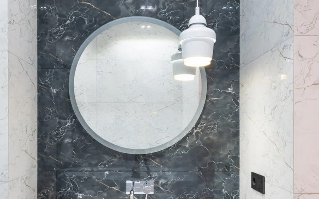 Un toque de color en un cuarto de baño neutro